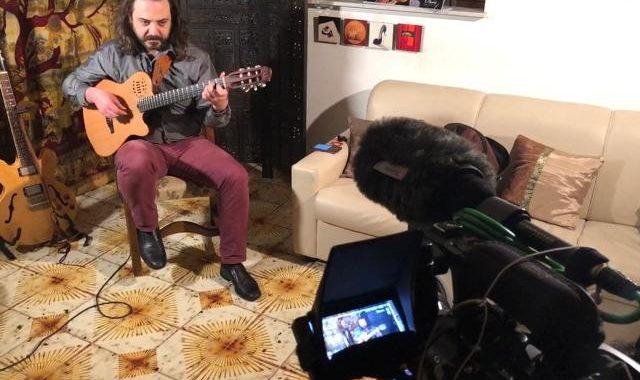 """""""La siminzina e lu basilicò"""" interpretata da Francesco Maria Martorana musicista e direttore artistico de """"La Controra"""""""